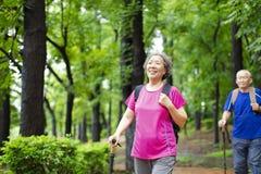 coppie senior che fanno un'escursione sul Forest Park fotografia stock libera da diritti