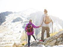coppie senior che fanno un'escursione sulla montagna fotografia stock libera da diritti