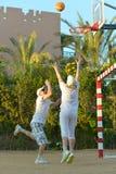 Coppie senior che giocano pallacanestro Fotografia Stock Libera da Diritti