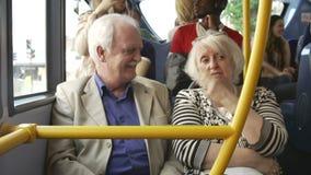Coppie senior che godono del viaggio sul bus stock footage