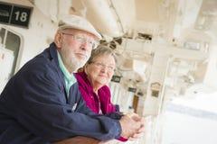 Coppie senior che godono della piattaforma di una nave da crociera immagine stock