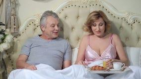 Coppie senior che godono della prima colazione a letto stock footage