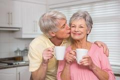 Coppie senior che mangiano caffè insieme Immagine Stock
