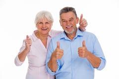 Coppie senior che mostrano i pollici su Fotografia Stock