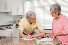 Coppie senior che pagano le loro fatture Immagine Stock