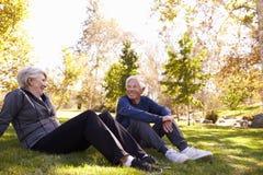 Coppie senior che riposano dopo l'esercitazione nel parco insieme fotografie stock libere da diritti