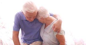 Coppie senior che si abbracciano video d archivio