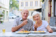 Coppie senior che si rilassano sul caffè di aria aperta Immagini Stock Libere da Diritti