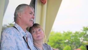 Coppie senior che si rilassano sul viaggio della barca archivi video