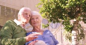 Coppie senior che si siedono insieme stock footage