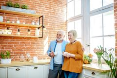 Coppie senior con caffè sulla cucina a casa immagini stock libere da diritti