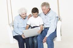 Coppie senior con il loro nipote Immagine Stock