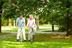 Coppie senior con le biciclette Fotografie Stock