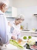 Coppie senior in cucina Immagini Stock Libere da Diritti