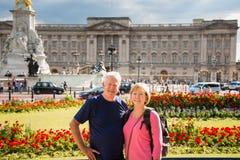 Coppie senior davanti al Buckingham Palace Immagine Stock Libera da Diritti