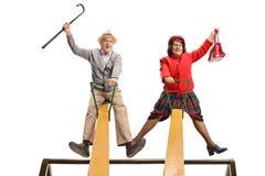 Coppie senior divertenti su un movimento alternato fotografia stock