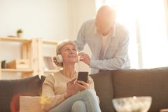 Coppie senior facendo uso dei dispositivi fotografie stock