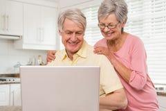 Coppie senior facendo uso del computer portatile insieme Fotografia Stock Libera da Diritti