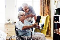 Coppie senior facendo uso di una compressa Fotografia Stock Libera da Diritti