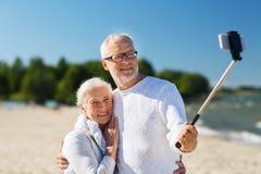 Coppie senior felici che abbracciano sulla spiaggia di estate Fotografia Stock