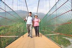 Coppie senior felici che camminano sul ponte nella n immagini stock libere da diritti