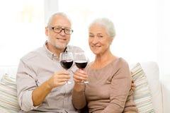 Coppie senior felici con i vetri di vino rosso Fotografie Stock Libere da Diritti