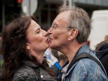 Coppie senior non identificate che baciano durante la parata di gay pride Immagine Stock Libera da Diritti