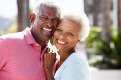 Coppie senior romantiche che abbracciano in via Fotografia Stock