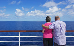 Coppie senior su una crociera dell'oceano Immagine Stock