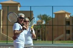 Coppie senior sul campo da tennis Immagine Stock