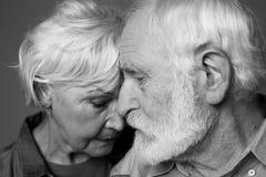 Coppie serene invecchiate di amore che si abbracciano Immagini Stock