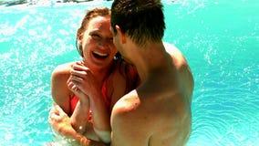 Coppie sexy che stanno nello stagno in vacanza archivi video