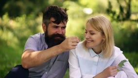 Coppie soleggiate nell'amore che gode della natura nel giorno soleggiato caldo Concetto di feste, di vacanza, di amore e di amici stock footage