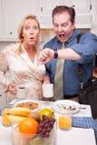 Coppie sollecitate in cucina in ritardo per lavoro Fotografia Stock Libera da Diritti