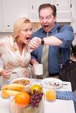 Coppie sollecitate in ritardo fuori in cucina per lavoro Immagini Stock