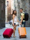 Coppie sorridenti in breve che camminano attraverso la città Fotografie Stock