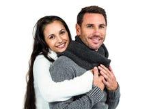Coppie sorridenti che abbracciano e che esaminano macchina fotografica Fotografia Stock