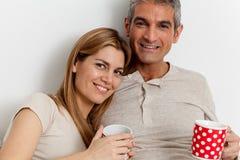 Coppie sorridenti che bevono un caffè Immagine Stock Libera da Diritti
