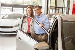 Coppie sorridenti che si appoggiano automobile Immagini Stock Libere da Diritti