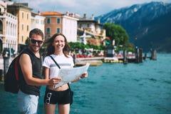 Coppie sorridenti con una mappa alla polizia del lago, Italia Fotografia Stock