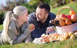 Coppie sorridenti di amore che chiacchierano come avendo picnic Immagini Stock Libere da Diritti