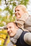 Coppie sorridenti divertendosi nel parco di autunno Fotografia Stock