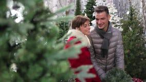 Coppie sorridenti felici che fanno il Natale che compera nel deposito del mercato video d archivio
