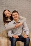 Coppie sorridenti incantanti in un abbraccio affettuoso Immagine Stock