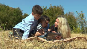 Coppie sorridenti insieme ai bambini che si trovano sul parco archivi video
