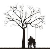 Coppie sotto l'albero Fotografia Stock Libera da Diritti