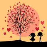 Coppie sotto l'albero di amore Fotografia Stock