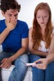 Coppie spaventate con il test di gravidanza positivo Fotografie Stock