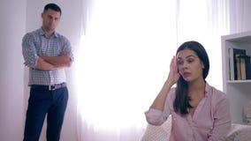 Coppie sposate nella crisi, nella disperazione e nella rabbia della donna dopo una discussione con il marito su fondo unfocused i video d archivio