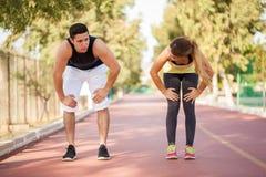 Coppie stanche dopo avere corso insieme Fotografia Stock Libera da Diritti